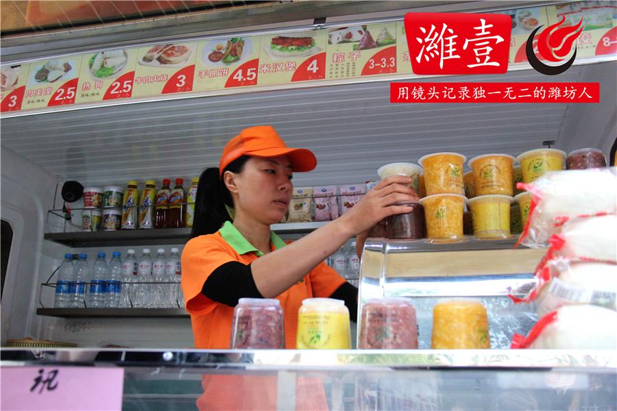 3细心的闫芳将不同种类的粥分类放好,方便客人拿取.JPG