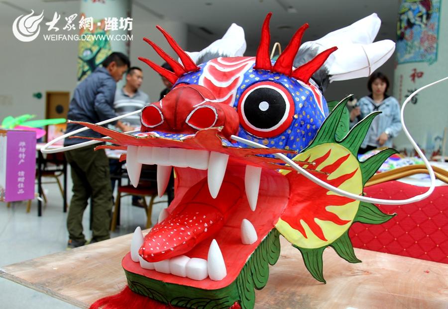 2、大赛上参与评选的龙头风筝 摄影记者 赵文婷.JPG