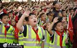 12学生们穿着荧光衣唱国歌升国旗2_副本.jpg