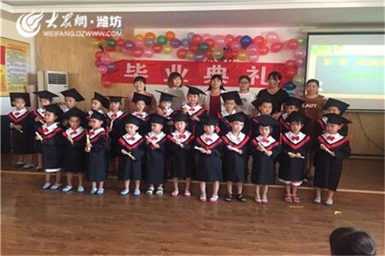 七月是离别的日子,七月是感恩的日子,七月对于大班的小朋友和家长来说是个极其难忘的日子。,经过三年在幼儿园的学习和生活,他们即将告别老师和同伴,进入下一个阶段的小学生活。   7月11日,潍坊高新区李村幼儿园全体大班的家长和师生欢聚在多媒体活动厅举行毕业典礼,共同回顾孩子们成长的足迹、分享孩子们成长的快乐。   伴着动人的音乐,毕业仪式拉开帷幕。老师真挚的致辞,说出了孩子的成长历程和对孩子们浓浓的爱。教师代表向即将成为小学生的小朋友们表示最热烈的祝贺和殷切的希望。园长发自肺腑的感慨,寄语了对毕业孩子