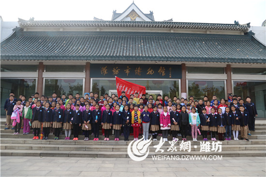 潍坊北海学校师生参观潍坊市聋哑人画展